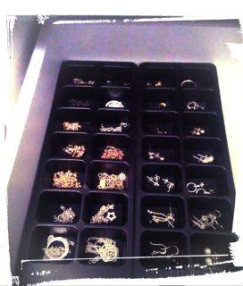 Rangement à bijoux terminé à partir de bacs à glaçons, de peinture noire mat en bombe et de feutrine noire