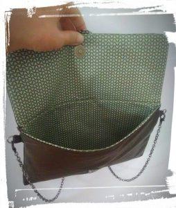 Pochette en cuir terminée ouverte pour voir la doublure en coton tuto patron makerist #monblabladefille monblabladefille.com