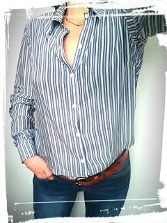 Chemise charlotte auzou modifiée home made rayée bleue blanche portée