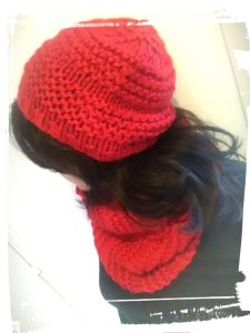 Bonnet et snood en laine couleur rouge point de godron portee monblabladefille.com