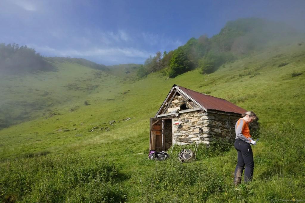 Nathalie prend des notes sur la cabane de l'Artigue