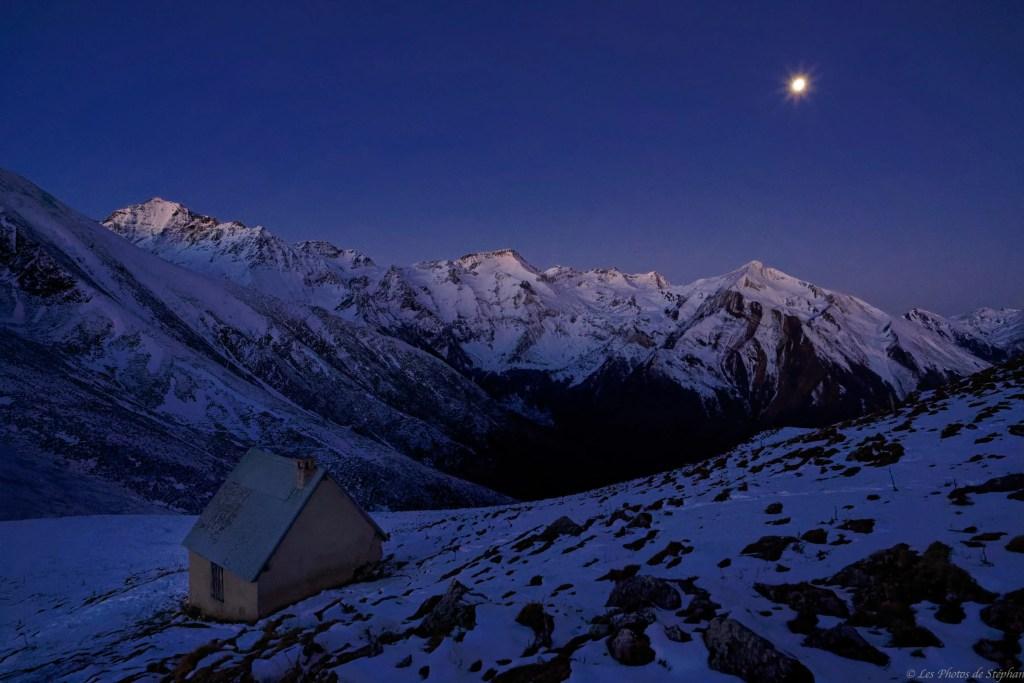 Nuit magique à la cabane de Lasplanous avec les premiers rayons du soleil
