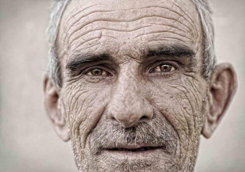 la vieillesse commence seulement quand on perds ses espoir, ses désirs et ses rêves, alors, oui, ici la vielles commence