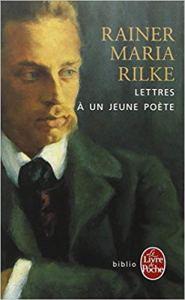 Dans ces dix lettres écrites de 1903 à 1908, le poète Rainer Maria Rilke s'adresse à un jeune homme féru de poésie et lui demandant conseil. Ce texte est considéré par beaucoup comme un véritable » guide spirituel « . Dans ces lettres célèbres, j'ai découvert un texte qui touche profondément par sa justesse et son humilité.