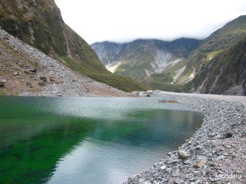 Lac émeraude à l'entrée de Fox Glacier
