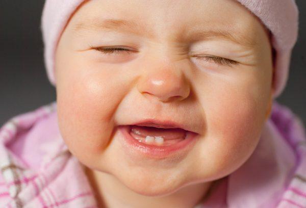 أعراض ظهور الأسنان عند الطفل الرضيع