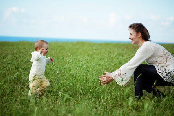 متى يستطيع الطفل المشي بعد وقوفه