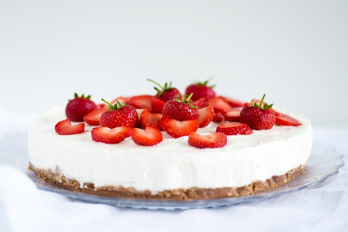 Greek Yoghurt Cheesecake with Strawberry Coulis