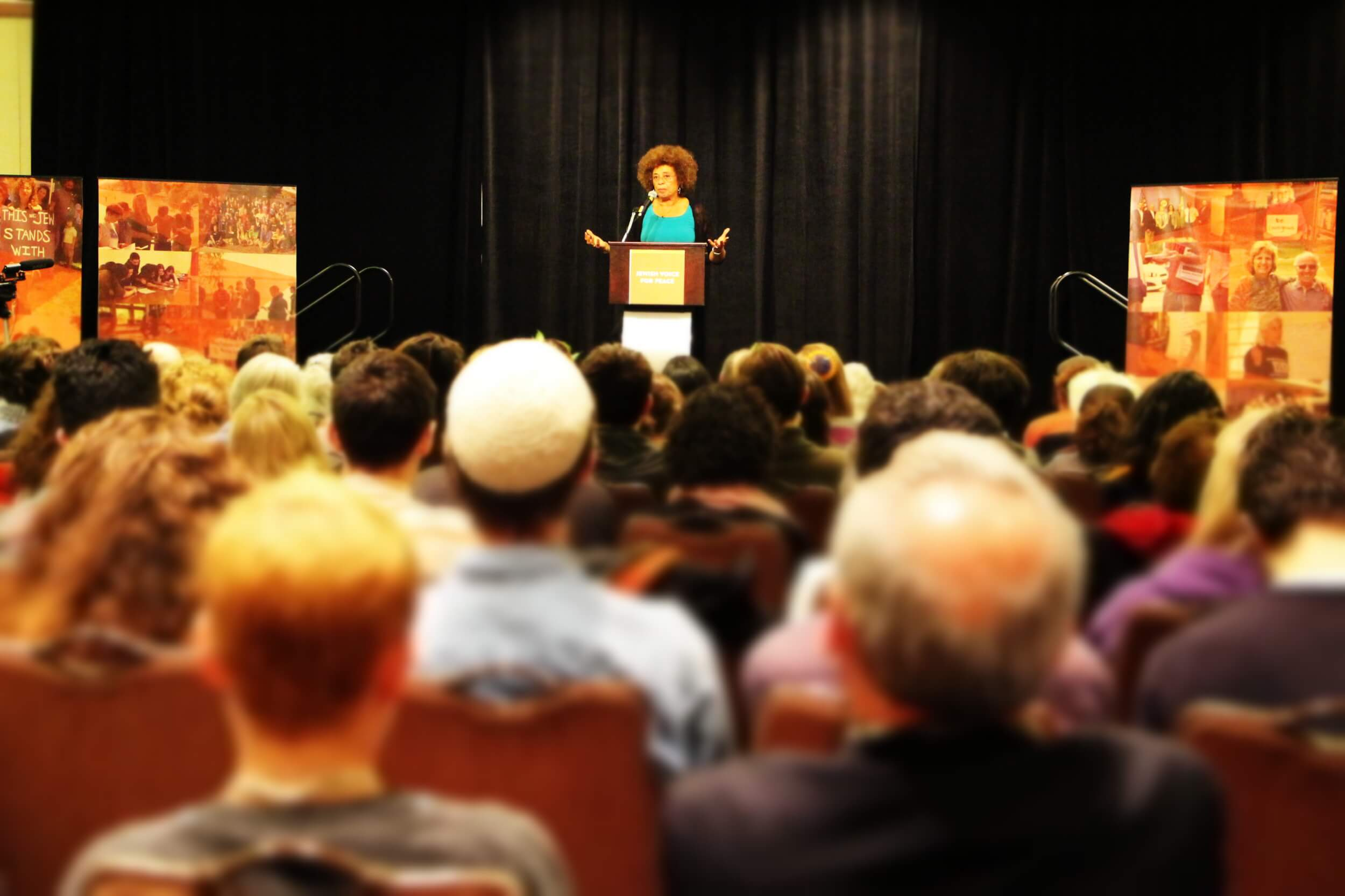 Scholar Angela Davis speaking to Jewish Voice for Peace members in Baltimore. (Photo: Jules Cowan)