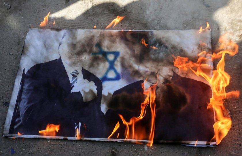Palästinensische Demonstranten verbrennen am 31. Januar 2020 in Khan Yunis im Süden des Gazastreifens Bilder von Präsident Donald Trump und dem israelischen Ministerpräsidenten Benjamin Netanjahu während eines Protests gegen den Friedensplan der Trump-Regierung. (Foto: Ashraf Amra / APA Images)