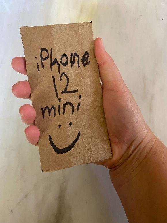 Juuuust the two of us, mini phone and mini haaaands!