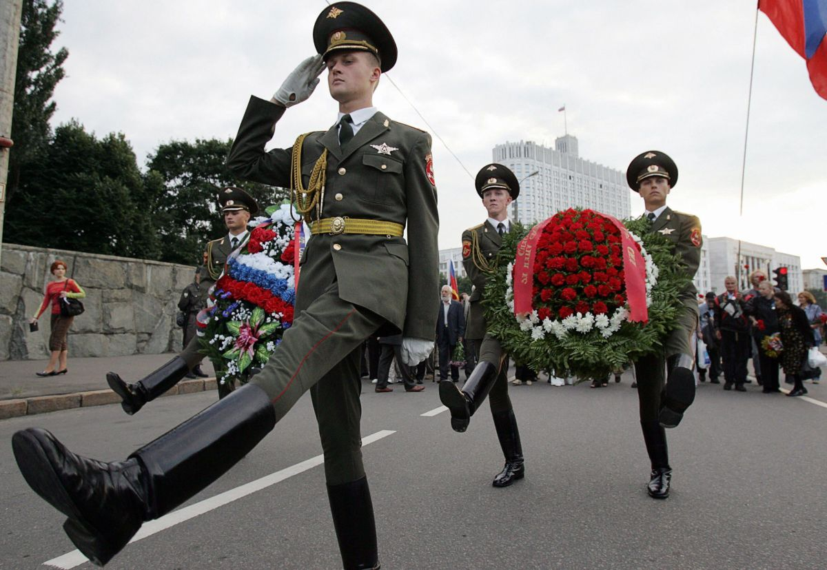 Russian soldiers on the 15th anniversary of the failure of the coup, near the White House, on 20 August 2006.