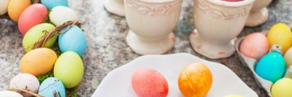 7 Foods to Use as Natural Dye for Easter Eggs // Money Savvy Living #Easter #eastereggs #naturalfoodcoloring