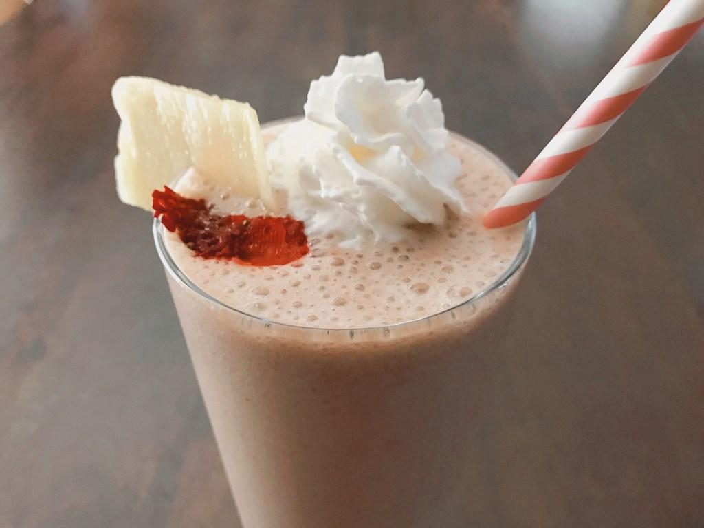 Banana Splits Smoothie // Money Savvy Living #smoothie #plantbased #bananasplit #breakfast #healthyliving
