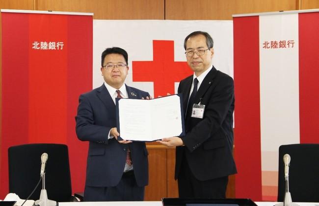 (左から)北陸銀行リテール推進部長 小谷洋志、 日本赤十字社富山県支部事務局長 大坪昭一様