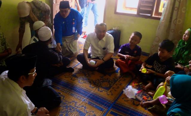 Plt Gubernur Riau, Arsyadjuliandi Rachman (berbaju putih dekat pintu masuk) kala berkunjung ke rumah Muklis, ayah, Hanum, mengucapkan belasungkawa. Foto: Made Ali