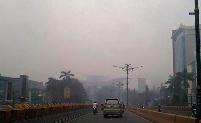 Asap pekat masih menyelimuti Pekanbaru, Riau. Pada Jumat (11/9/15), kualitas udara masih tidak sehat. Foto: Made Ali