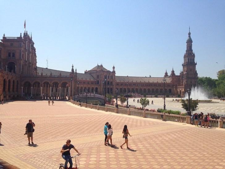 セビリアのスペイン広場でビザ申請