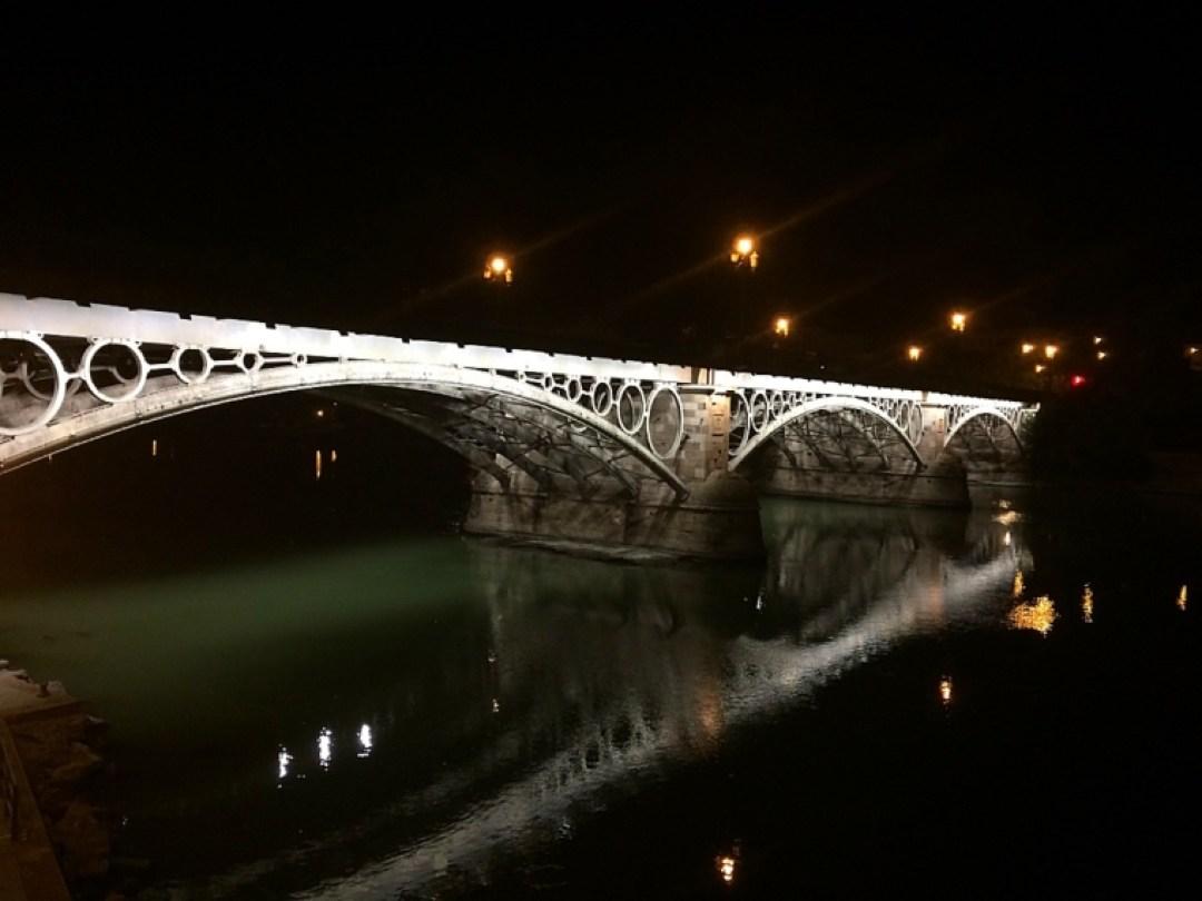 セビリアのイサベルII世橋のライトアップ