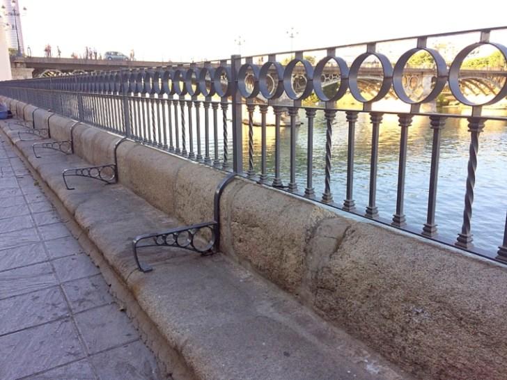 セビリアのグアダルキビル川沿いのベンチ