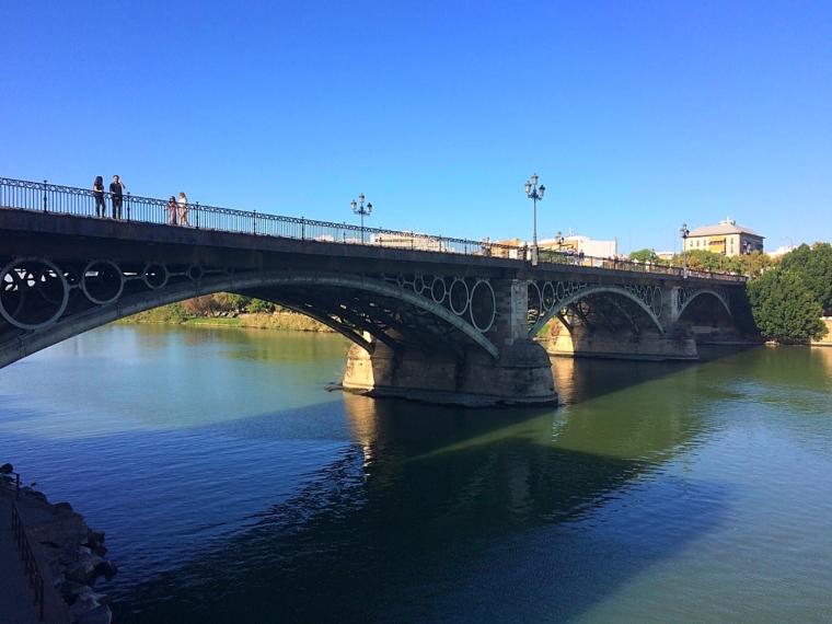 セビリアのグアダルキビル川にかかるトリアナ橋
