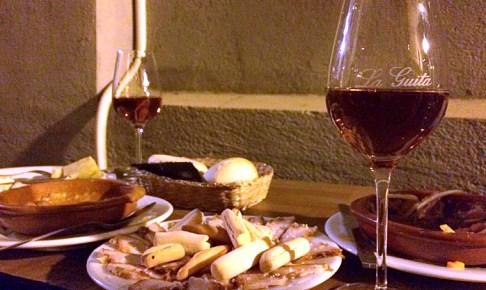 セビリアの老舗バル「Manolo Cateca」のシェリー酒とタパス