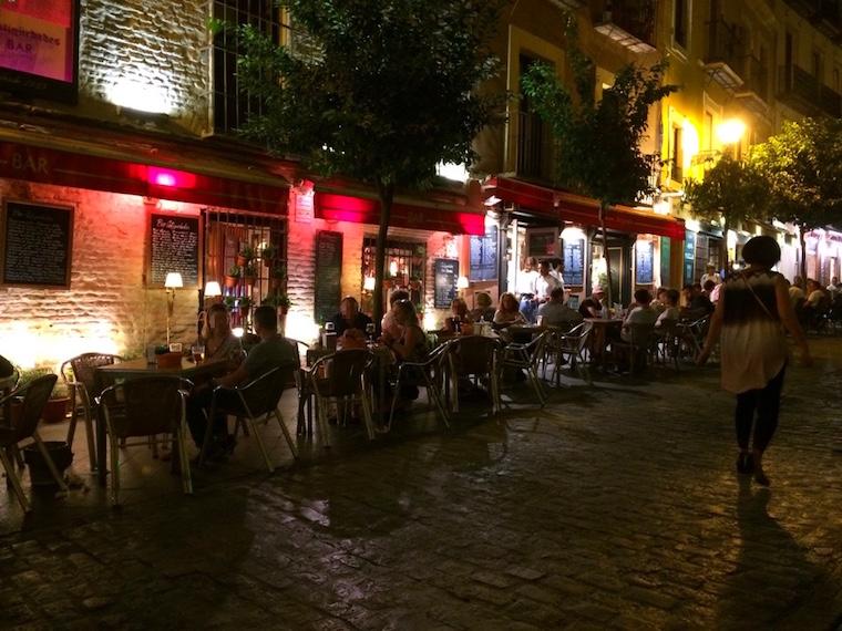 セビーリャの夜の道
