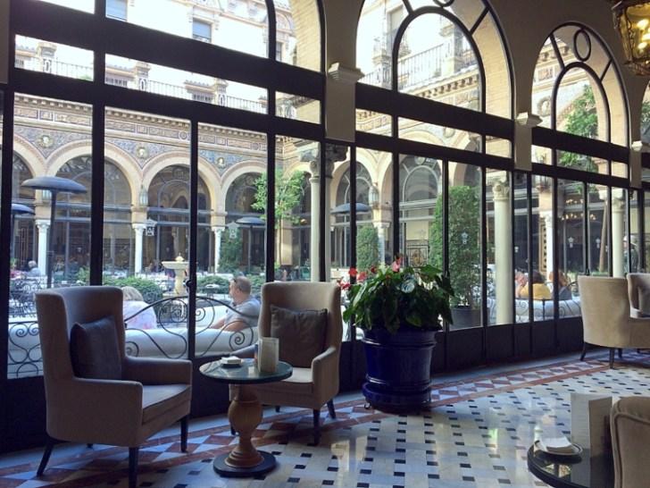 セビリアのアルフォンソXIIIホテルのカフェ