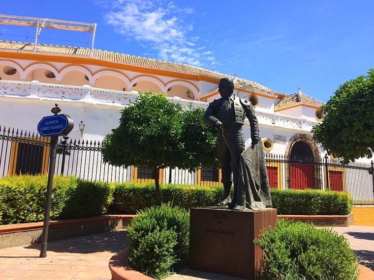 セビリアのマエストランサ闘牛場前のクーロロメロ像