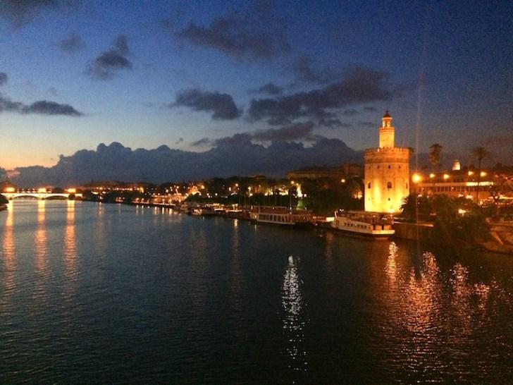 サンテルモ橋から見たセビリアの黄金の塔の夜景