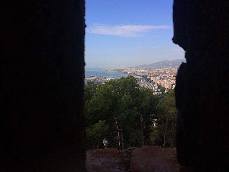 マラガのヒブラルファロ城の城壁からの眺め