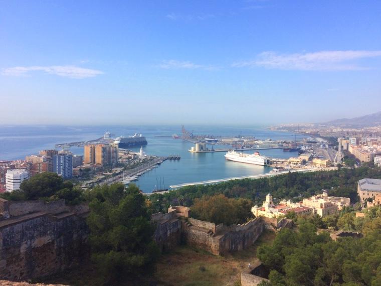 マラガのヒブラルファロ城の城壁から見たマラガ港