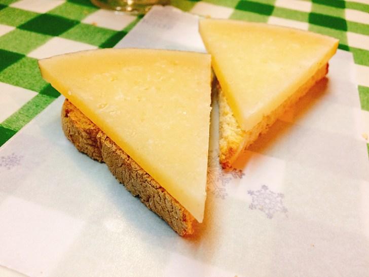 トリアナのバル『La Antigua Abacería』のマンチェゴチーズ