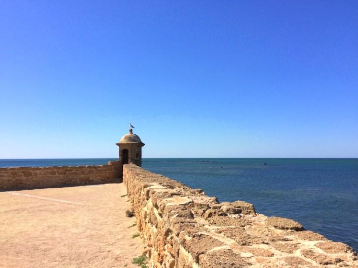 スペインのカディスにあるサンタ・カタリーナ城とカディスの海