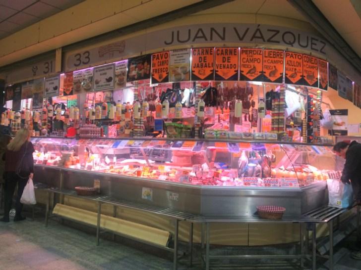 セビリアのエンカルナシオン広場の市場の肉屋
