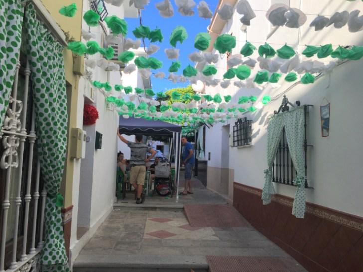 モロンのローカルなお祭り「ベルベナ・デ・パンタノ」の小道の装飾