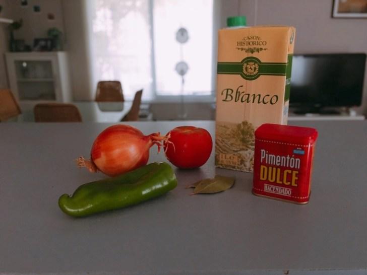 スペイン家庭料理「じゃがいもとイカの煮込み」の材料