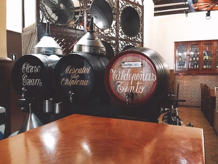 セビリアのボデガバル「bodega mateo ruiz」のシェリー酒の樽