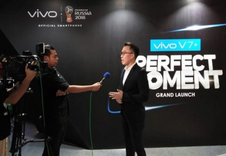 Edy Kusuma, Brand Manager, PT Vivo Mobile Indonesia, sedang menjawab beberapa pertanyaan dari sebuah wawancara dengan media TV sebelum acara Vivo V7+ Perfect Moment Grand Launch berlangsung.