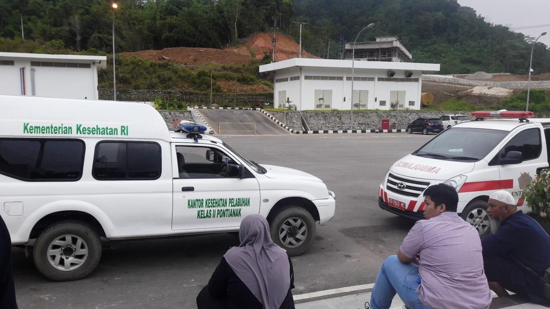 Dua Ambulan yang Membawa Jenasah untuk Melalui Proses Imigrasi