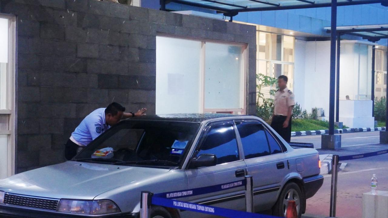 Proses Imigrasi PLBN Entikong di Gerbang Lintas Kendaraan