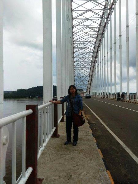 Saya Berfoto di Jembatan Tayan