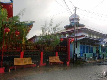 Vihara dan Masjid Berdampingan di Kabupaten Sanggau