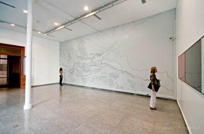 Instalación mural de dibujo autoadhesivo. entre lo exhaustivo y lo inconcluso (2009). Sala Gasco, Santiago, Chile