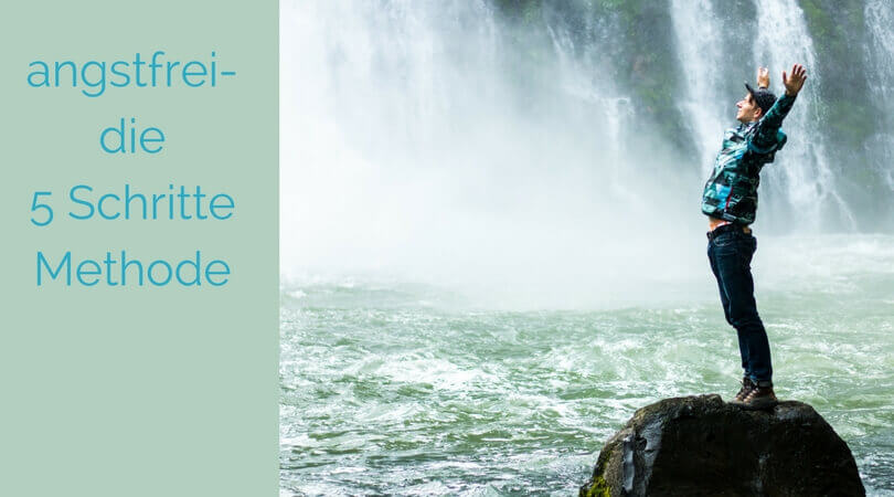 5 Schritte Methode, Mann steht mit hoch erhobenen Armen auf Stein im Wasser