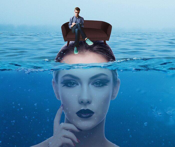 Hypnose gegen Höhenangst, Frauenkopf unter Wasser , Stirn ist oberhalb des Wassers