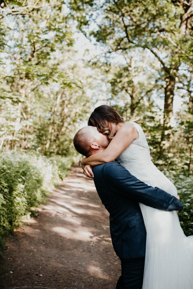 Hochzeitsfotograf Pfalz, Bräutigam hebt Braut hoch