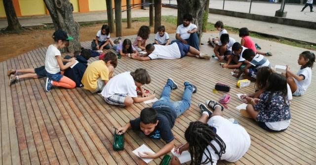 Entre o sol da meia noite e às luzes que apagaram das favelas, existe uma causa chamada educação