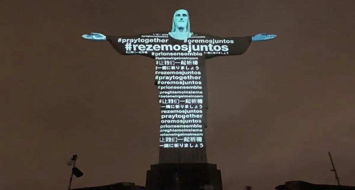 """El Cristo Redentor de Brasil se ilumina e invita a """"orar"""" en medio de esta pandemia, En la estatua de 30 metros de altura se proyectaron mensajes"""