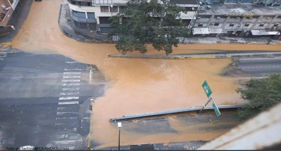 ?Miles de litros de agua perdidos, que miles de venezolanos no tienen! Avenida Fuerzas Armadas. Caracas,se rompi? tubo matriz
